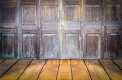 Grungy текстурированный красный кирпич и каменная стена с теплым коричневым деревянным полом внутри старого упущенных и дезертиро Стоковое Фото