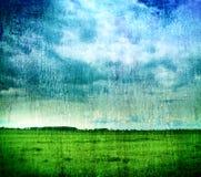 Grungy aardachtergrond - gras en bewolkte hemel Royalty-vrije Stock Foto's
