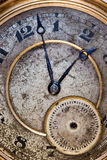 Grungy altes Gesicht einer Taschenuhr mit einer verbogenen Hand lizenzfreies stockfoto