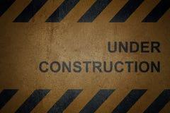 Grungy asfaltyttersida med svarta varningsband Arkivbild