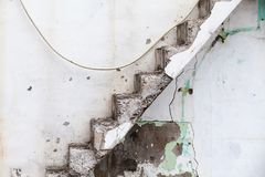 Grungy betonowi schodki na starej ścianie Obrazy Royalty Free