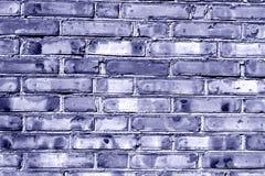 Grungy blått tonad tegelstenhusvägg Royaltyfria Bilder