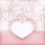 Grungy blom- inbjudankort med förälskelsehjärtaetiketten Arkivbild