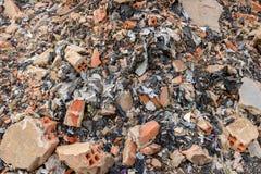 Grungy Bouwautokerkhof met Bakstenen, Beton die, het Huisvuilafval van de Cementmuur - Plastic Troep - voor het Milieu recycleren stock foto's
