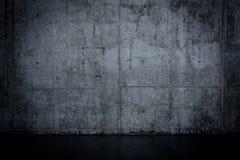 Grungy ciemna betonowa ściana i mokra podłoga Obrazy Royalty Free