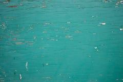 Grungy closeup av skalning av flagnande grön målarfärg på kryssfanerwallpap royaltyfri bild