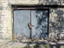 Grungy dörr på gammal historisk arrest Arkivfoto