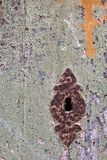 Grungy drzwi z krakingową farbą i ośniedziałym keyhole fotografia stock