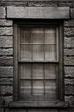 Grungy Fenster mit Vorhängen Lizenzfreie Stockfotografie