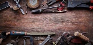 Grungy gamla hjälpmedel på en träbakgrund Fotografering för Bildbyråer