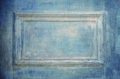 Grungy gammal blå dörrcloseup Arkivbilder