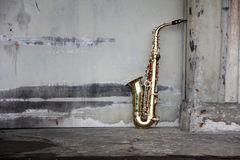 grungy gammal saxofon Fotografering för Bildbyråer