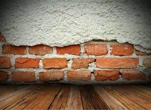 Grungy gebrochene Wand auf Innenhintergrund Stockbilder