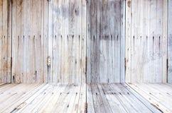 Grungy geweven rode baksteen en steenmuur met warme bruine houten vloer binnen oud veronachtzaamd en verlaten binnenland, metselw royalty-vrije stock afbeelding