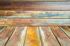 Grungy geweven rode baksteen en steenmuur met warme bruine houten vloer binnen oud veronachtzaamd en verlaten binnenland, metselw Stock Fotografie