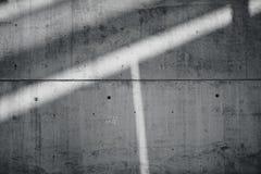 Grungy glatte bloße Betonmauer des horizontalen Foto-freien Raumes mit den Sonnenstrahlen, die über dunkle Oberfläche nachdenken  Lizenzfreie Stockfotos