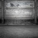 Grungy grå betongvägg och asfalt Royaltyfri Bild