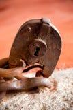 Grungy hänglås på kedja med rostig textur Arkivfoton