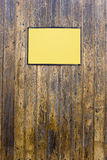 Grungy hölzerne Beschaffenheit mit einem gelben Zeichen Lizenzfreie Stockfotografie