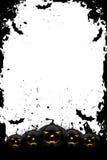 Grungy Halloween-Feld mit Kürbisen und Hieben Stockfotografie