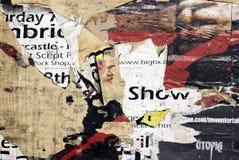 Grungy heftige Plakate auf Wand Stockbild
