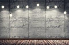 Grungy konkreter Innenraum mit vielen Glühlampen lizenzfreie stockfotos