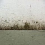 Grungy konkreter Raum-Hintergrund Lizenzfreie Stockbilder