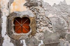 Grungy Madeira-Wand mit Klee-förmigem Fenster und Stahlstangen Lizenzfreies Stockbild