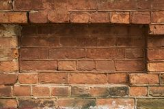 Grungy miastowy tło ściana z cegieł z starym out usługowy payphone - - obrazy stock