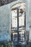 Grungy oud venster in de verlaten bouw Royalty-vrije Stock Foto's