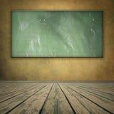 Grungy Raum der Classrom Art mit Tafel Lizenzfreie Stockfotos