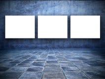 Grungy Raum mit drei leeren weißen Bildschirmen Lizenzfreie Stockbilder