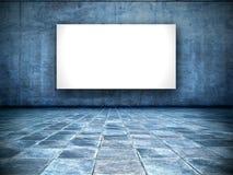 Grungy Raum mit unbelegtem weißem Bildschirm Lizenzfreie Stockfotografie