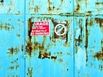 Grungy red ut garagedörrar, ingen parkering Royaltyfria Foton