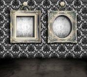 Grungy ruimte met frames royalty-vrije illustratie