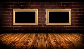Grungy ruimte met gouden frames Royalty-vrije Stock Afbeeldingen
