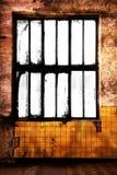 Grungy ruimte met leeg raamkozijn stock afbeelding