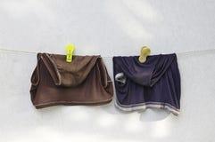 Grungy schmutzige Mannunterhosen, die an der Wäscheleine hängen Lizenzfreies Stockbild