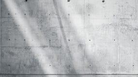 Grungy slät kal betongvägg för horisontalfotomellanrum med solstrålar som reflekterar på ljus yttersida Mjukt skuggar tomt Arkivfoto