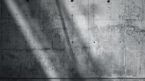 Grungy slät kal betongvägg för horisontalfotomellanrum med solstrålar som reflekterar på mörk yttersida Mjukt skuggar tomt Arkivbild
