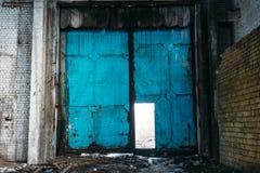 Grungy staaldeur in verlaten pakhuis Garage of van de fabrieksopslag poort stock foto's