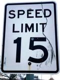 Grungy Straßenschild von 15 MPH Stockfoto