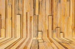 Grungy texturerad röd tegelsten och stenvägg med eftersatta för varm brun trägolvinsida den gamla och öde inre, murverket och kar Arkivbilder