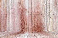 Grungy texturerad röd tegelsten och stenvägg med eftersatta för varm brun trägolvinsida den gamla och öde inre, murverket och kar Arkivfoto