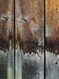 Grungy träbakgrund med vatten befläckte vertikala plankor fotografering för bildbyråer