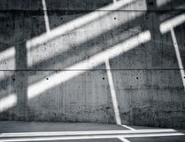 Grungy und glatte bloße Betonmauer des horizontalen Foto-freien Raumes mit den weißen Sonnenstrahlen, die über dunkle Oberfläche  Lizenzfreie Stockbilder
