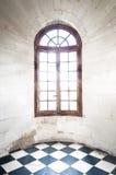 Grungy välvt fönster inom gammal byggnad. Royaltyfri Foto
