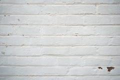 Grungy witte gepleisterde bakstenen muur met wat schade stock afbeeldingen