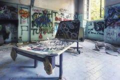 Grungy wnętrze zaniechany szpital zdjęcie royalty free