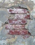 Grungy Ziegelsteine unter altem Stuck lizenzfreies stockbild